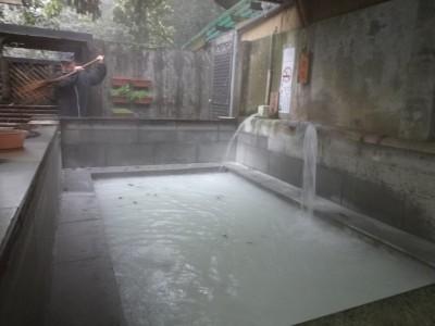 陽明山の林さんの温泉は、3000坪の敷地の森の中の施設です。2時半のオープン、入れたての湯にはいらせてもらいました。男湯は露天で森の中。